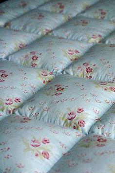 Idea of how to quilt comforter. Quilting Projects, Sewing Projects, Biscuit Quilt, Puffy Quilt, Puff Blanket, Bubble Quilt, Summer Quilts, Linen Shop, Vintage Quilts