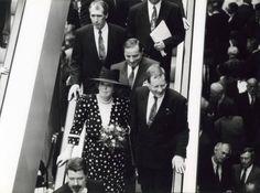 Koningin Beatrix en Kamervoorzitter Deetman dalen de roltrap af van het zojuist geopende gebouw van de Tweede Kamer. Nederland, Den Haag, 28 april 1992