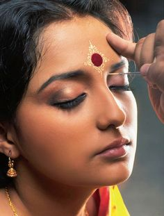 bengali bride makeup style Kumkum Bindi Styles For Bengali Brides, quot; A small and sweet variation which can be tried by the bridesmaid and other relatives. A delicate pattern is done around the bindi for a lighter version. via sunjayjk Bengali Bridal Makeup, Bengali Wedding, Bengali Bride, Indian Bridal, Bengali Saree, Bollywood Stars, Bridal Make Up, Bridal Looks, Saris