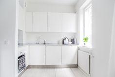 Black and white city apartment Kitchen Dining, Kitchen Decor, Kitchen Cabinets, Black And White City, Reno, Cool Kitchens, Sweet Home, Bathtub, Interior Design