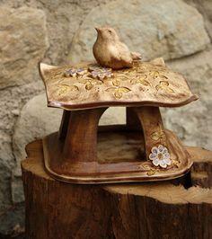 Keramické krmítko 2. Cement Work, Soap Dishes, Ceramic Studio, Birdhouses, Art Deco, Miniatures, Clay, Birds, Ceramic Art
