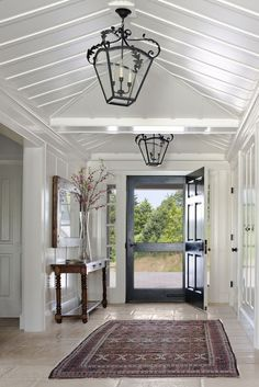 Love this wide entry, those lanterns, and the welcoming screen door!❤❤❤