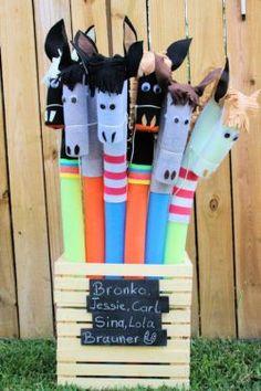 Genial: Steckenpferde aus Poolnudeln! Weich und garantiert ganz brav :-)