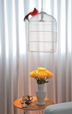 Luminária de gaiola para cantinhos http://casa.abril.com.br/materia/tres-salas-cheias-de-personalidade#13