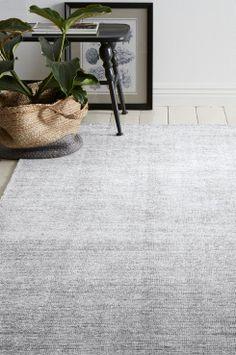 Ellos Home Uldgulvtæppe Amarillop 200x300 cm Uldgulvtæppe med smuk glans i silkelook. Tæppet har et udseende og et udtryk som efterligner den håndknyttede teknik der bruges til persiske tæpper. Str. 200x300 cm.<br><br>For øget sikkerhed og komfort bruges skridsikkert underlag, som holder dit tæppe på plads. Skridsikkert underlag findes i flere forskellige størrelser. <br><br>60% uld, 40% viskose<br>Rengøres ved støvsugning