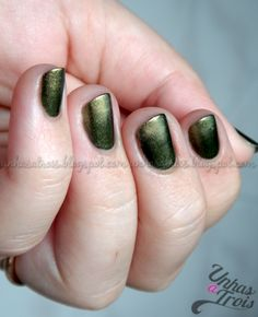 Nail art: Gold and green gradient.