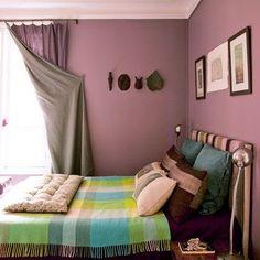 le façon de relever les rideaux: un clou dans le mur et un anneau cousu sur le rideau. et un intérieur de rideau contrastant très légèrement avec le dessus presque en camaieu.