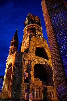 Kaiser Wilhelm Gedächtniskirche: ruïne van de neo-romaanse kerk, ingewijd in 1895 maar platgebombardeerd in 1943, groeide na WOII uit tot blikvanger van West-Berlijn en monument voor de vrede. De toren is op aandringen van de Berlijnse bewonders blijven staan. Ernaast verrees in 1961 een nieuwe achthoekige kerk met blauw gebrandschilderd glas.