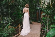 Robe de mariee Lyon Caroline Takvorian robe dos nu Jeanne l Photo Robin et les super heros l La Fiancee du Panda blog mariage