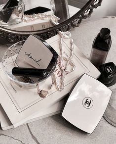 Image uploaded by 𝘓 𝘢 𝘳 𝘪 𝘴 𝘴 𝘢. Find images and videos about beauty, makeup and cosmetics on We Heart It - the app to get lost in what you love. My Beauty, Beauty Makeup, Beauty Hacks, Chanel Beauty, Beauty Stuff, Coco Chanel, Boujee Aesthetic, Makeup Aesthetic, Makeup Blog