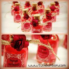 Kırmızı kolonya şişeleri