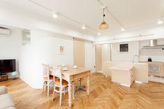 左奥にあるテレビは子供達用なんですって。だからソファや椅子は基本的にキッチン側に向いているんですね。#S様邸多摩川 #リビング #ダイニング #キッチン #シンプルな暮らし #ファミリー #EcoDeco #エコデコ #インテリア #リノベーション #renovation #東京 #福岡 #福岡リノベーション #福岡設計事務所 Conference Room, Dining Table, Furniture, Home Decor, Decoration Home, Room Decor, Dinner Table, Home Furnishings, Dining Room Table