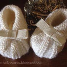 Cómo hacer un patucos para bebé. Para que tenga sus pies siempre calentitos, aprende paso a paso con este tutorial. ¡Ideal para regalar a un recién nacido! Knit Baby Booties, Crochet Baby Shoes, Knit Crochet, Knitting For Kids, Baby Knitting Patterns, Baby Patterns, Tricot D'art, Baby Bootees, Baby Sewing