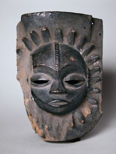 Cross River, Nigeria - Musée du Quay Branly - The Anang, the Ibibio, and their neighbours from the Cross River all share this type of mask, on which a small round face stands out from a background that can be circular, quadrangular, or, as here, shield-shaped. The incongruous shape of this mask is interpreted as being the evocation of the Great Mother, a creator divinity associated with the full moon.