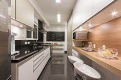 Cozinha de Apartamento no Brooklin com bancada e lousa para recados e detalhes de marcenaria por Luni Arquitetura, Av Rouxinol 1041, bairro Moema, São Paulo