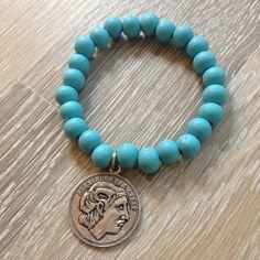 Armband van 8mm zacht blauwe houten kralen met een metalen romeinse munt; van JuudsBoetiek. €4,00 Te bestellen via www.juudsboetiek.nl