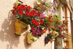 Found on - My desired home: Flower pots decoration ideas Hanging Flower Pots, Hanging Planters, Tuscan Style, Garden Crafts, Flowers Nature, Garden Inspiration, Garden Ideas, Backyard Landscaping, Beautiful Gardens