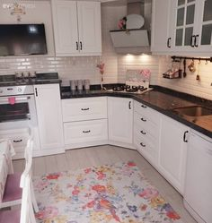The kitchen is cheered with patterned carpet, simple bathroom. Kitchen Ikea, Home Decor Kitchen, Wall Cupboards, Kitchen Cabinets, Kitchen Backsplash, Kitchen Countertops, Western Kitchen, Patterned Carpet, Simple Bathroom