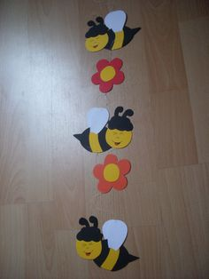 """Fensterbild - Kette Deko Tonkarton basteln Deko Biene Blumen NEU FOR SALE • EUR 2,90 • See Photos! Money Back Guarantee. Fensterbild aus Tonkarton gebastelt """" Bienen und Blumen """" Maße: je Biene: ca. 10 x 9cm je Blume: ca. 6 x 6cm Gesamtlänge ohne den obersten Aufhängefaden: ca. 60cm zum 201938388022"""