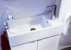 """Ganz schmal macht sich das Waschbecken """"Lillangen"""" von Ikea. Der Wasserhahn steht seitlich, das spart ungemein Platz. Man hat zwar ein Waschbecken in voller Breite, aber eines, das sich ganz eng an die Wand anschmiegt. Perfekt für kleine Badezimmer. Wenn man das Waschbecken dann noch mit Haken für die Handtücher bestückt, ist der Raum wirklich optimal ausgenutzt. Waschbecken """"Lillangen"""", 80 Euro, Aufhänger """"Lillangen"""", ca. 2 Euro"""
