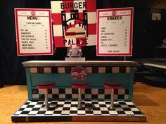 Miniature Diorama - Burger Restaurant Diner Counter with Menu and Stools - Pic Only Fifties Party, 70s Party, Retro Party, 50s Theme Parties, Party Themes, Party Ideas, Grease Play, Burger Palace, Grease Musical