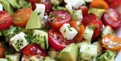 Seguendo la ricetta che ti dettagliamo a continuazione è possibile preparare un'insalata gustosa e leggera, che ci permette di ridurre il gonfiore addominale e farci perdere peso. Si prepara con ingredienti ricchi di nutrienti, che favoriscono l'eliminazione dei liquidi in eccesso e disintossicano il corpo. Pomodori, cipolla rossa, prezzemolo e avocado, tutti ingredienti dell'insalata, contengono nutrienti come acidi grassi, vitamine e minerali che sono fondamentali per il nostro organismo…
