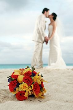 Tropical colors on this beautiful bouquet. Perfect pallete for a #beach wedding