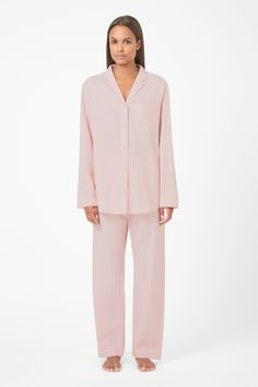Made from extra-soft cotton twill, this relaxed pajama top has a classic v-neckline and front button fastening. Designed for everyday wear, it is a loose fit with long sleeves, notched collar and a softly curved hemline.