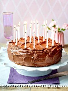 Der Kuchen ist gebacken und dekoriert. Aber wie transportieren? Und zwar so, dass er unbeschadet ankommt? Mit diesem einfachen Trick geht es ganz leicht.