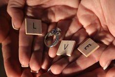 Em Portugal o anel de noivado é usado na mão esquerda e somente pela mulher. Segundo a tradição, acredita-se que o dedo anelar da mão esquerda tem uma veia que está ligada diretamente ao coração, conhecida como vena amoris. Mas nem todas as culturas usam o anel de noivado.