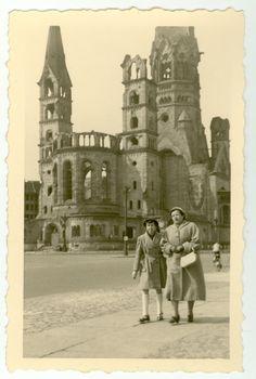 Weil gerade so viel vom Breitscheidplatz die Rede ist: Dieses Bild aus dem Jahr 1950 schickt uns Sonja Kusig. Es zeigt ihre Großmutter mit ihrer Tante. Sehr gut zu erkennen ist der inzwischen komplett verschwundene Chor der Kirche, den man erst 1956 wegen Einsturzgefahr abtragen ließ.