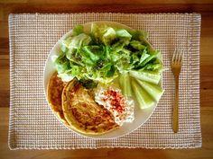 Low Carb Ideen - Eieromeletten mit Kopfsalat, Gurken, Hüttenkäse mit Paprikagewürz - photography - food Ⓒ PASTELPIX