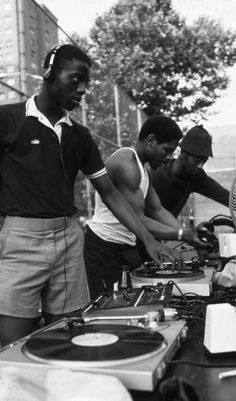 Hip Hop DJs jamin on the Street! *posted by Hip Hop Fusion