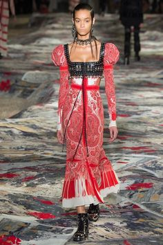 See the complete Alexander McQueen Spring 2017 Ready-to-Wear collection.