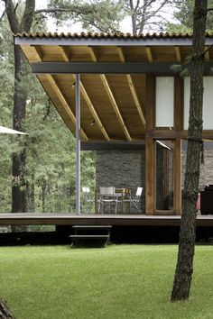 Built by Elías Rizo Arquitectos in Tapalpa, Mexico with date Images by Mito Covarrubias. This unique vacation house is located near Tapalpa in a secluded forested area. The house adapts to its surrounding t. Residential Architecture, Interior Architecture, Building Architecture, Exterior Design, Interior And Exterior, Casas Containers, Future House, Beautiful Homes, Outdoor Living