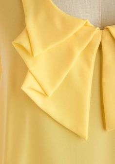 In the treasury of the dressmaker: Collars, clothing modeling and stuff . Collar Designs, Sleeve Designs, Blouse Designs, Sewing Clothes, Diy Clothes, Clothes For Women, Techniques Couture, Sewing Techniques, Collar Pattern