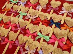 Srdce ke dni matek Valentine Decorations, Valentine Day Crafts, Crafts To Make, Crafts For Kids, Shape Crafts, Holidays And Events, Heart Shapes, Projects To Try, Xmas