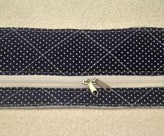 IMG_1579Hoje eu vou postar para vocês o passo à passo de como fazer uma maletinha de tecido muito fofa. A estampa utilizada é de bolinhas e corujinhas, fiz na cor azul marinho mas você pode optar p… Tutorial Diy, Diy Purse, Tie Clip, Zip Around Wallet, Accessories, Bb, Invisible Part Weave, Toddler Busy Bags, Blue Fabric