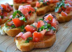 Imagen: www.foodlve.com   Necesitamos   1-2 baguettes  100 gramos de queso parmesano en trozos  2 dientes de ajo  100gramosde mantequil...