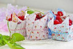 """Maneira fofa de incentivar o consumo de frutas nas festinhas: servir em """"potinhos"""" de papel estampado, presos com cordão colorido"""