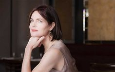 The Downton Abbey actress Elizabeth McGovern on the 'magical' allure of Lisbon, the Portuguese capital. Elizabeth Mcgovern, Paris Photos, Downton Abbey, Lisbon, Portuguese, Short Hair Styles, Actresses, Actors, Chic