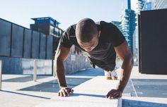man doing plank mountain climbers