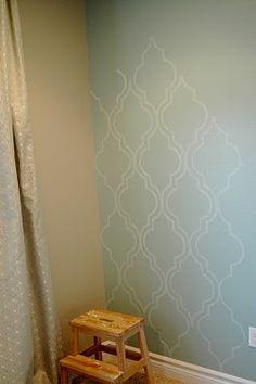 nannygoat pintando parede com molde
