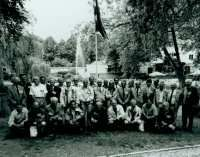 Foto behorende bij de 12e Elfstedentocht, gemaakt bij de reünie van o.a. deelnemers aan de toertocht in 1963, in 1993 in de Prinsentuin te Leeuwarden. Deze foto komt uit het archief van de Elfstedenvereniging en hoort bij inv.nr. 46