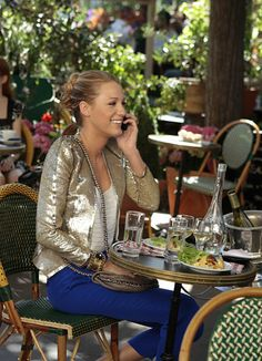 Blake Lively on GossipGirl: I never thought of mixing a gold blazer with a royal blue pantalon. Gotta say I love it!