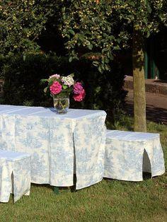 a brigitte de boch toile de jouy azulblanco mesa cerveza bankhussen 9495 Slipcovers, Sweet Home, Creations, Blue And White, Table Decorations, Outdoor Decor, Home Decor, Villa, Sofa