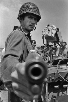 Clint Eastwood as Private Kelly on the set of Kelly's Heroes, Brian G. Photo by César Lucas Abreu. Martin Scorsese, Clint Eastwood, Hollywood Stars, Classic Hollywood, Image Cinema, Peliculas Western, Kelly's Heroes, Wow Photo, Coppola