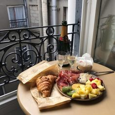 breakfast on the balcony - Google Search Snack Platter, Food Porn, Good Food, Yummy Food, Aesthetic Food, Travel Aesthetic, Cravings, Breakfast Recipes, Brunch