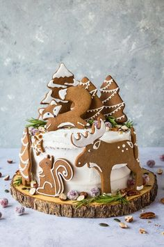 christmas cake Woodland animal ginger cake - this impressive vegan ginger cake with lemon curd, cream cheese frosting and whimsical gingerbread woodland animals is a real festive showstopper for Christmas! Christmas Cake Designs, Christmas Cake Pops, Christmas Cake Decorations, Holiday Cakes, Christmas Desserts, Christmas Treats, Christmas Birthday Cake, Gingerbread Cake, Christmas Gingerbread