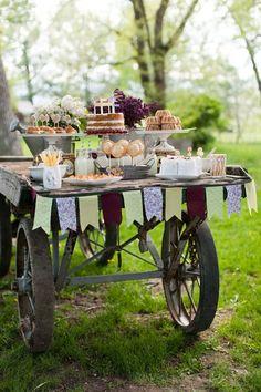Un carrito con dulces y banderines, perfectos para decorar tu boda